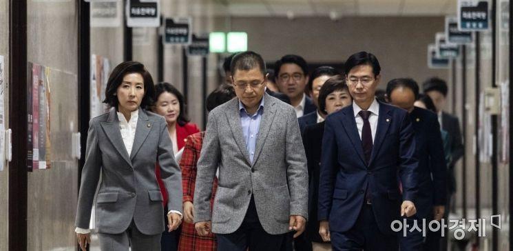 [포토] 최고위원회의 참석하는 황교안 대표