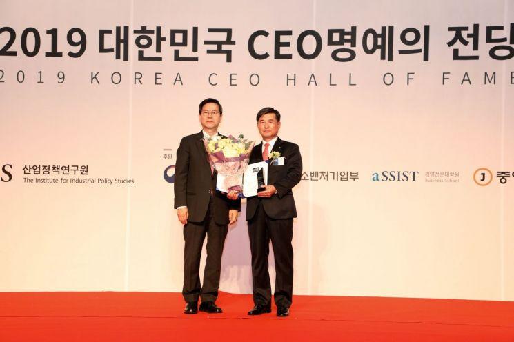 박성철 한전KDN 사장(오른쪽)이 '2019 대한민국 최고경영자(CEO) 명예의 전당'에서 동반성장 부문 대상을 수상한 후 기념촬영을 하고 있다.