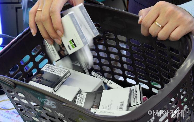 편의점 GS25가 24일 가향 액상 전자담배 판매를 중단하기로 했다. 중단 상품은 JUUL의 트로피칼·딜라이트·크리스프 3종과 KT&G의 시트툰드라 등 총 4종이다. 보건복지부가 전날 중증 폐 질환 유발 논란이 일고 있는 액상형 전자담배에 대해 사용 중단을 권고한 이후 유통업계에서 나온 첫 조치로, 다른 업체로도 확산할지 주목된다. 사진은 이날 서울의 한 GS25 점포에서 해당 제품을 매대에서 철수하는 모습./김현민 기자 kimhyun81@
