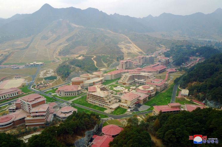김정은 북한 국무위원장이 완공을 앞둔 평안남도 양덕군 온천관광지구 건설장을 현지지도했다고 조선중앙통신이 지난 10월 25일 보도했다.