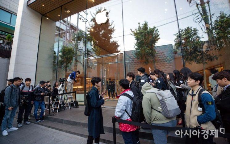아이폰11 국내 출시일인 25일 서울 강남구 애플 가로수길 매장을 찾은 고객들이 아이폰11을 구매하기 위해 줄을 서고 있다./강진형 기자aymsdream@