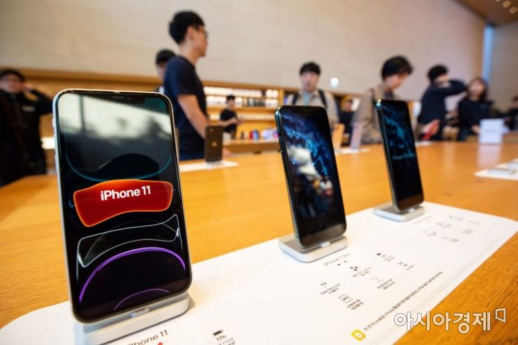 아이폰11 국내 출시일인 25일 서울 강남구 애플 가로수길 매장을 찾은 고객들이 아이폰11을 체험하고 있다./강진형 기자aymsdream@