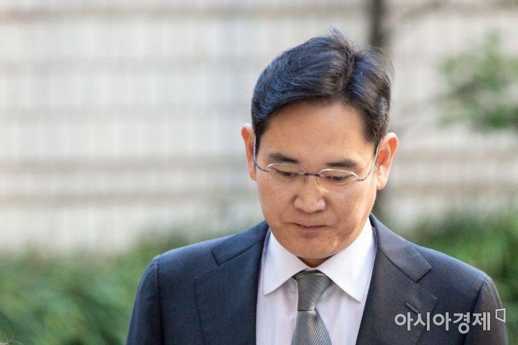 '국정농단' 사건에 연루된 혐의를 받고 있는 이재용 삼성전자 부회장이 25일 서울 서초구 서울중앙지방법원에서 열린 파기환송심에 출석하기 위해 법정으로 들어서고 있다./강진형 기자aymsdream@