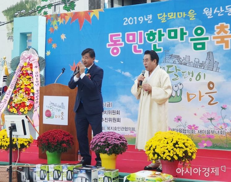 최영호 더불어민주당 광주동남갑지역위원장이 노래를 부르고 있다.