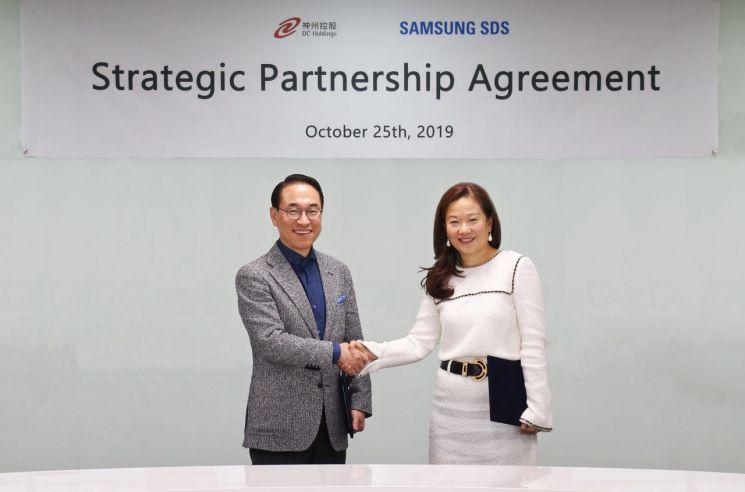 홍원표 삼성SDS 대표이사 사장(왼쪽)이 25일 삼성SDS 잠실캠퍼스에서 '삼성SDS-디지털차이나 IT서비스 사업협력 양해각서'를 체결하고 기념촬영을 하고 있다.