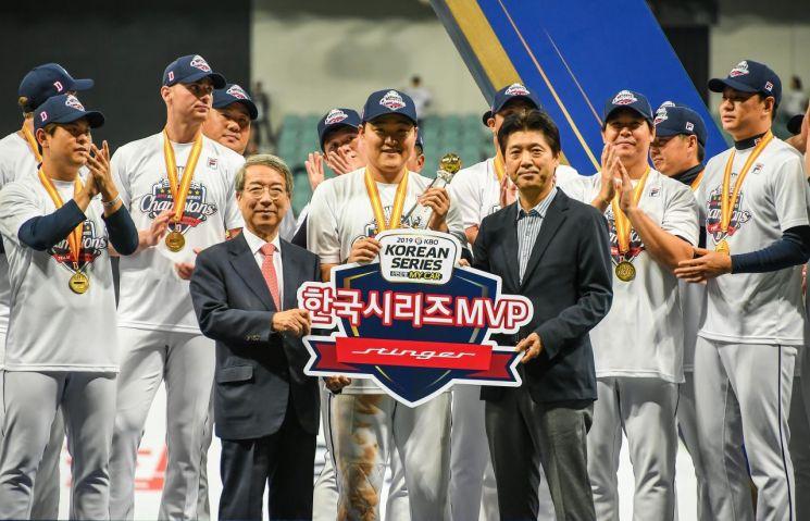 기아자동차가 한국시리즈 MVP를 수상한 두산베어스 오재일 선수에게 스팅어를 전달했다. 사진은 오 선수(가운데), 정운찬 KBO 총재(왼쪽), 이용민 기아차 국내마케팅실장(상무)이 기념촬영을 하고 있는 모습/사진=기아차