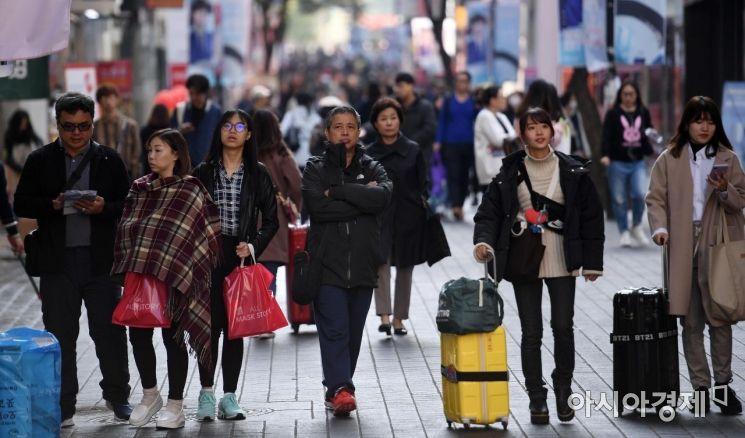 [포토] 두터운 옷차림의 명동 관광객들