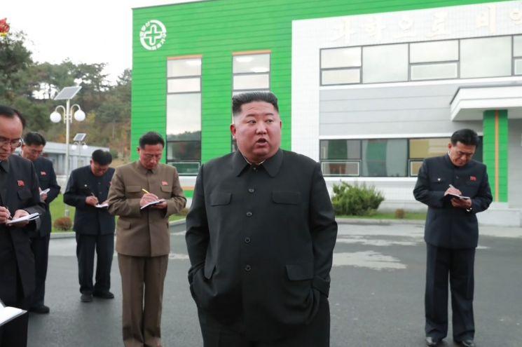 """김정은 북한 국무위원장이 현대화 공사가 진행중인 묘향산의료기구공장을 시찰했다고 조선중앙TV가 27일 보도했다. 이 자리에서 그는 공사 결함을 지적한 뒤 """"당 중앙위원회 일꾼들이 나와 손발을 맞추지 못하고 있다""""고 질책했다."""