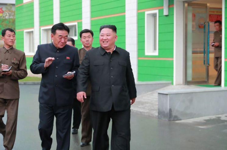 김정은 북한 국무위원장이 현대화 공사가 진행중인 묘향산의료기구공장을 시찰했다고 조선중앙TV가 지난달 27일 보도했다. 사진=연합뉴스
