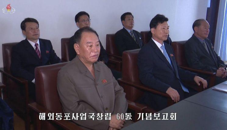 북한 조선중앙TV는 22일 김영철 노동당 부위원장(왼쪽)이 전날 열린 해외동포사업국 창립 60주년 기념보고회에 참석했다고 전했다. 사진은 조선중앙TV 보도화면 캡쳐.