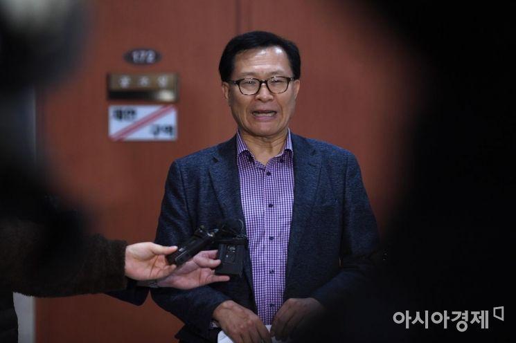 [포토] 기자들 질문에 답하는 문병호 최고의원