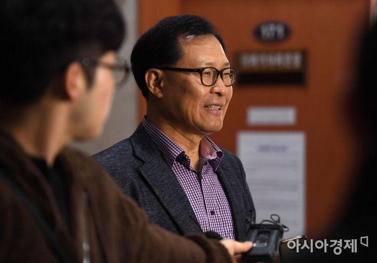[포토] 취재진 질문에 답하는 문병호 의원