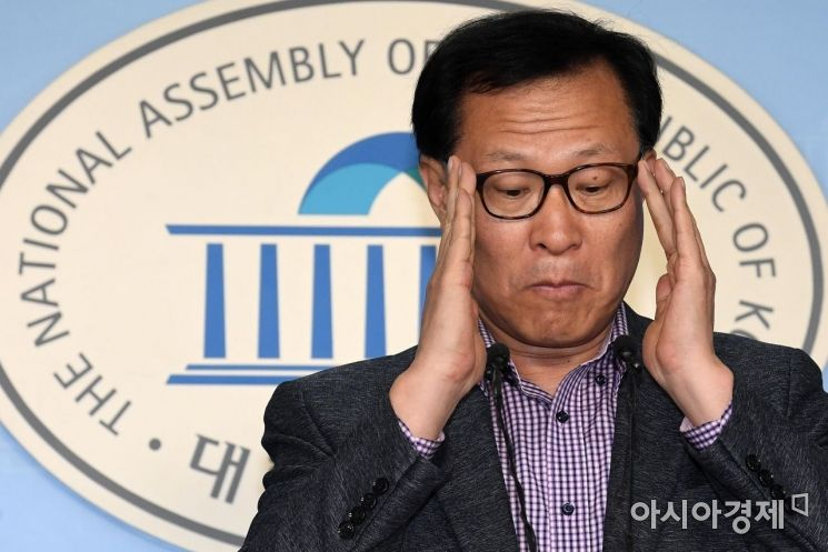 [포토] 안경 고쳐쓰는 문병호