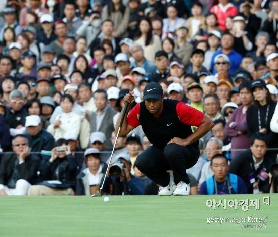 타이거 우즈가 조조챔피언십 최종 4라운드 경기 도중 9번홀에서 퍼팅 라인을 살피고 있다. 일본=Getty images/멀티비츠
