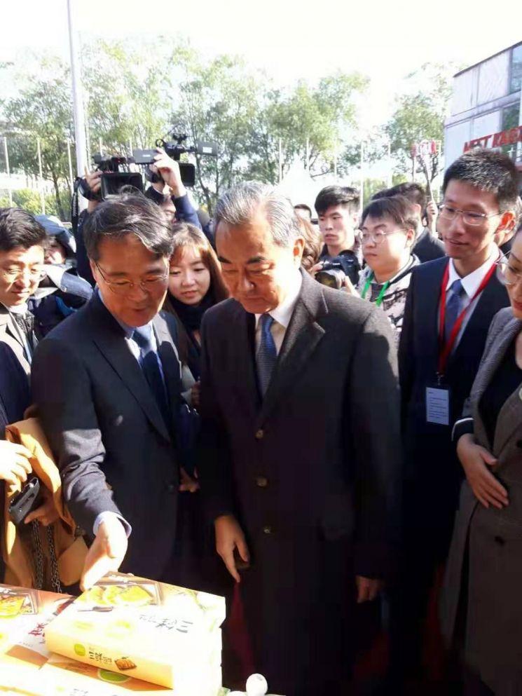 장하성 주중 한국대사(왼쪽)와 왕이 중국 외교담당 국무위원 겸 외교부장