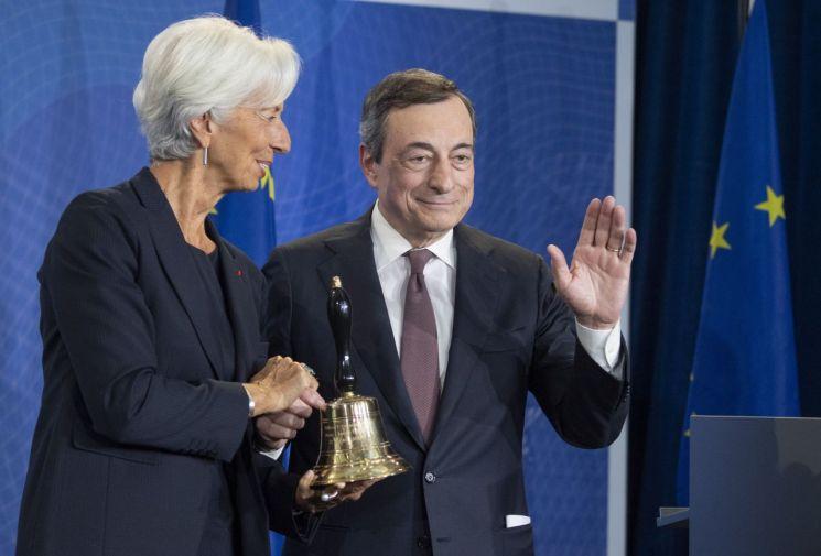 28일(현지시간) 독일 프랑크푸르트에서 진행된 퇴임식에 참석한 마리오 드라기 유럽중앙은행(ECB) 총재와 크리스틴 라가르드 차기 총재 [이미지출처=AP연합뉴스]