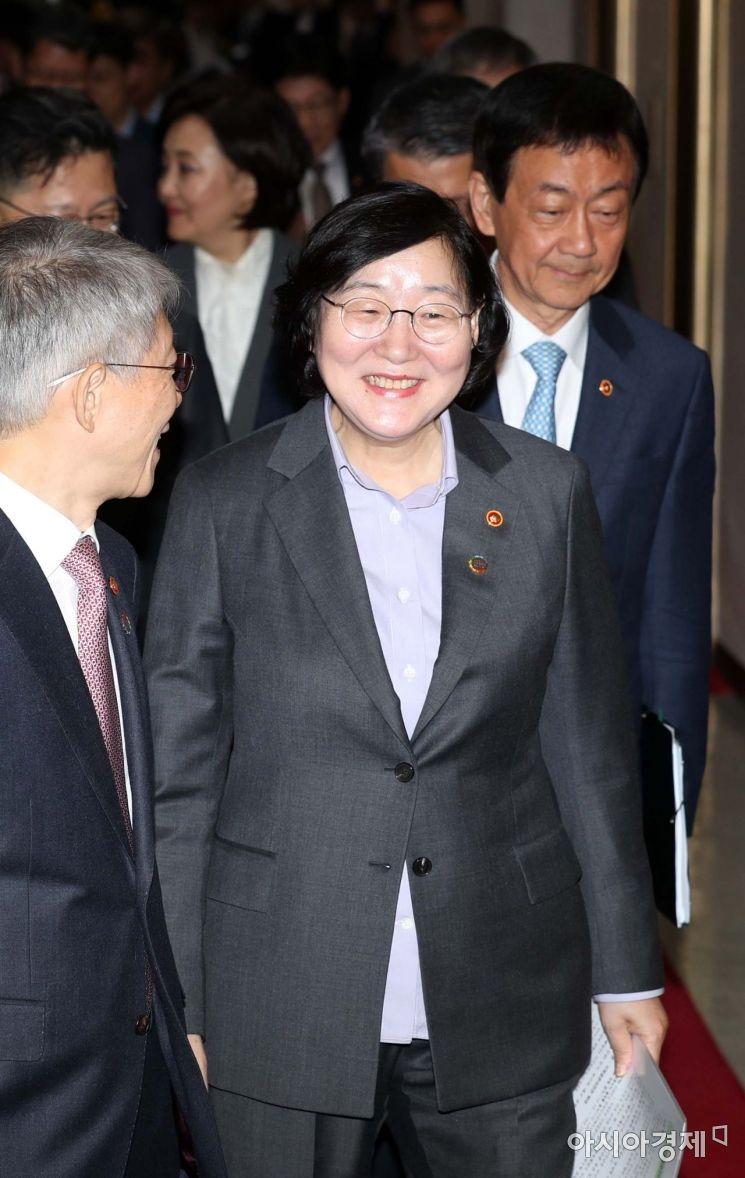 [포토]국무회의 참석하는 이정옥 여성가족부 장관