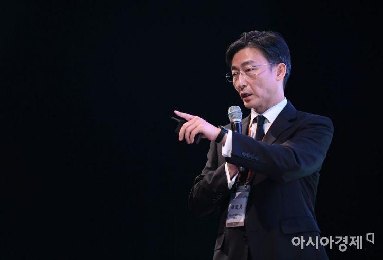 이국종 아주대학교병원 권역외상센터장이 지난해 10월 아시아경제 주최로 열린 '2019 아시아여성리더스포럼'에서 기조강연을 하고 있다./김현민 기자 kimhyun81@