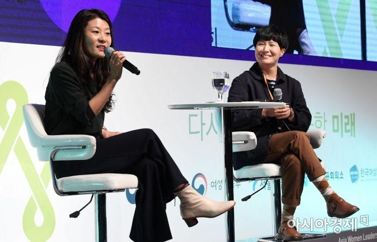 에세이 '여자 둘이 살고 있습니다'의 저자 김하나(오른쪽), 황선우 작가가 30일 서울 중구 롯데호텔에서 아시아경제 주최로 열린 '2019 아시아여성리더스포럼'에서 강연하고 있다./김현민 기자 kimhyun81@