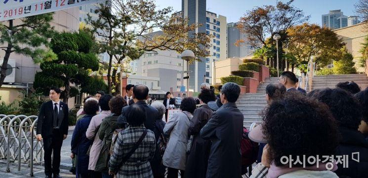 31일 아침, 문재인 대통령의 모친 고 강한옥 여사의 장례미사에 참석하려는 시민들이  부산 수영구 남천성당앞에 줄지어 서있다.