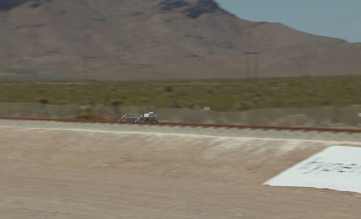 2016년 미국 네바다 사막에서 실시된 하이퍼루프 추진체 테스트에서 추진체는 1.1초만에 시속 186㎞에 도달했습니다. [사진=하이퍼루브원 홍보영상 캡처]