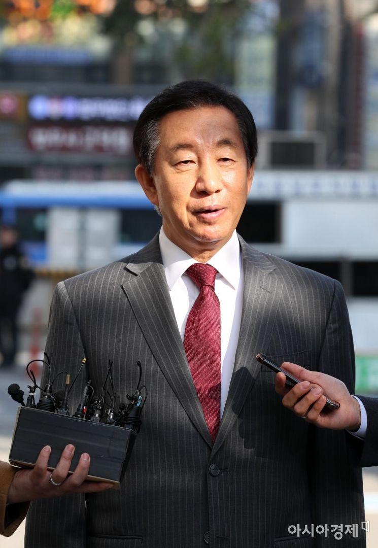 KT 부정 채용과 관련된 김성태 자유한국당 의원이 1일 서울 양천구 서울남부지방법원에서 열린 뇌물수수 혐의 공판에 출석하고 있다. /문호남 기자 munonam@