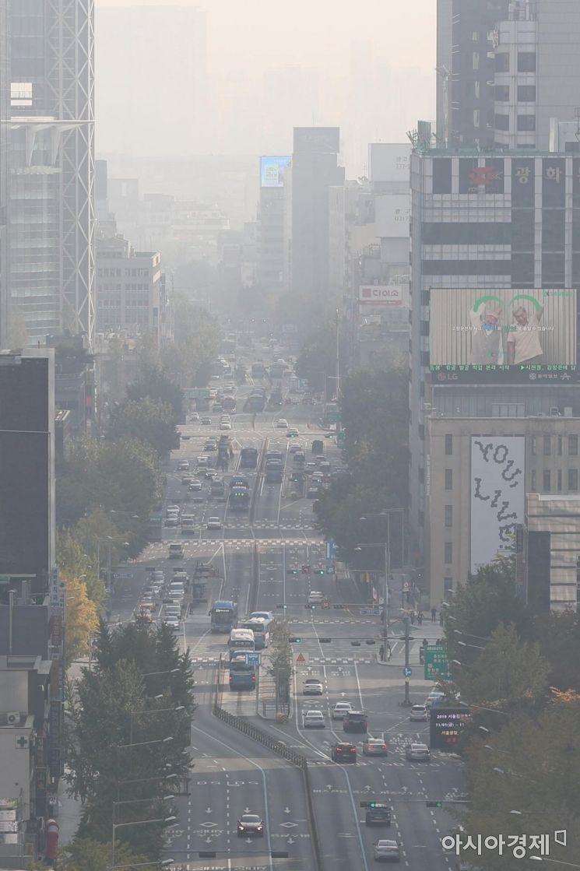 서쪽 지방을 중심으로 미세먼지 농도가 '나쁨' 수준을 보인 3일 서울시교육청에서 바라본 도심이 뿌옇다. /문호남 기자 munonam@