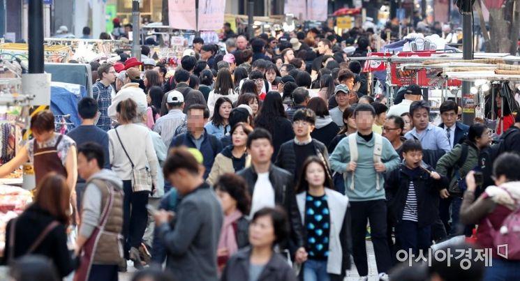 지난해 11월3일 코리아세일페스타 첫 주말 서울 명동 거리 모습. 올해는 비대면으로 진행된다. /문호남 기자 munonam@