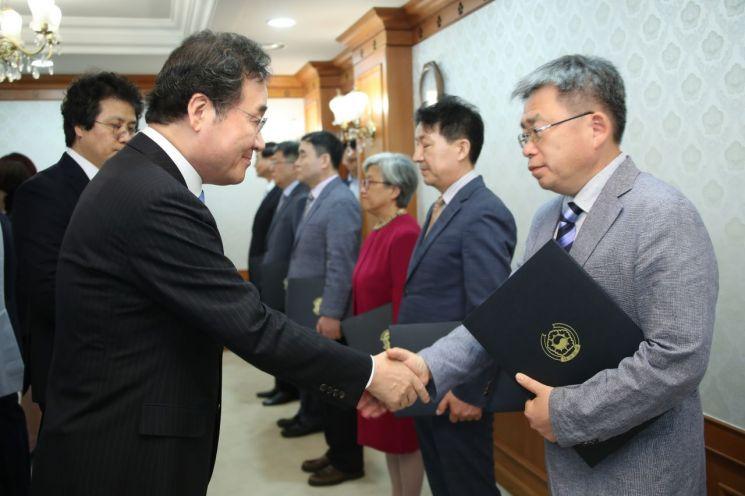 4대강 유역물관리위원장에게 위촉장 주는 이낙연 총리 [이미지출처=연합뉴스]