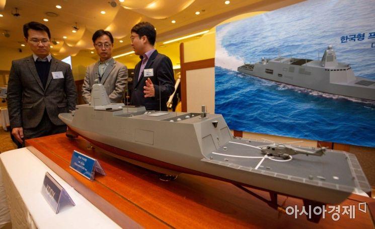 6일 서울 용산구 국방컨벤션에서 열린 '합동무기체계 발전 전시회'에서 KDDX 구축함 모형이 전시되고 있다./강진형 기자aymsdream@