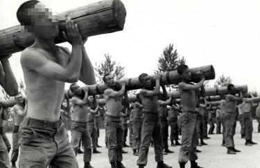삼청교육대에서 목봉체조를 하고 있는 징집자들. 사진=대한민국 정책브리핑