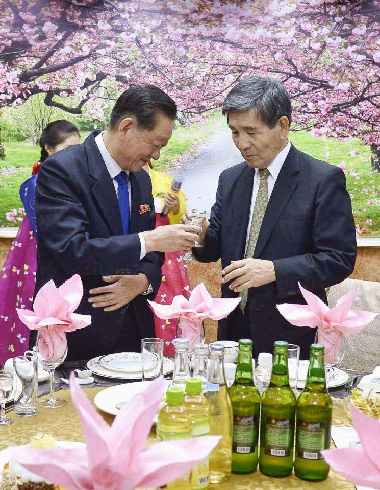 지난 9월 18일 북일우호 대표단을 이끌고 방북 중인 일본의 가네마루 신고(오른쪽) 씨가 송일호 북일국교정상회 교섭담당 대사(왼쪽)를 만나 건배하고 있다. <사진=교도연합>