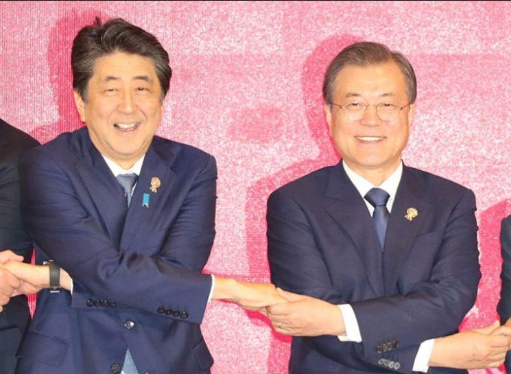 문재인 대통령과 아베 일본 총리가 지난 4일 오후 방콕 임팩트 포럼에서 열린 역내포괄적경제동반자협정(RECP)에서 참석 정상들과 기념촬영을 하며 환하게 웃고 있다. <사진=연합뉴스>