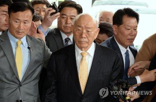 전두환 전 대통령이 5·18 민주화운동 관련 피고인으로 지난3월11일 광주지방법원에 들어서며 기자들 질문을 받고 있다. [이미지출처=연합뉴스]