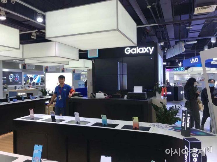 시단 다위에청 쇼핑몰 안에 위치한 삼성전자 스마트폰 매장 모습.