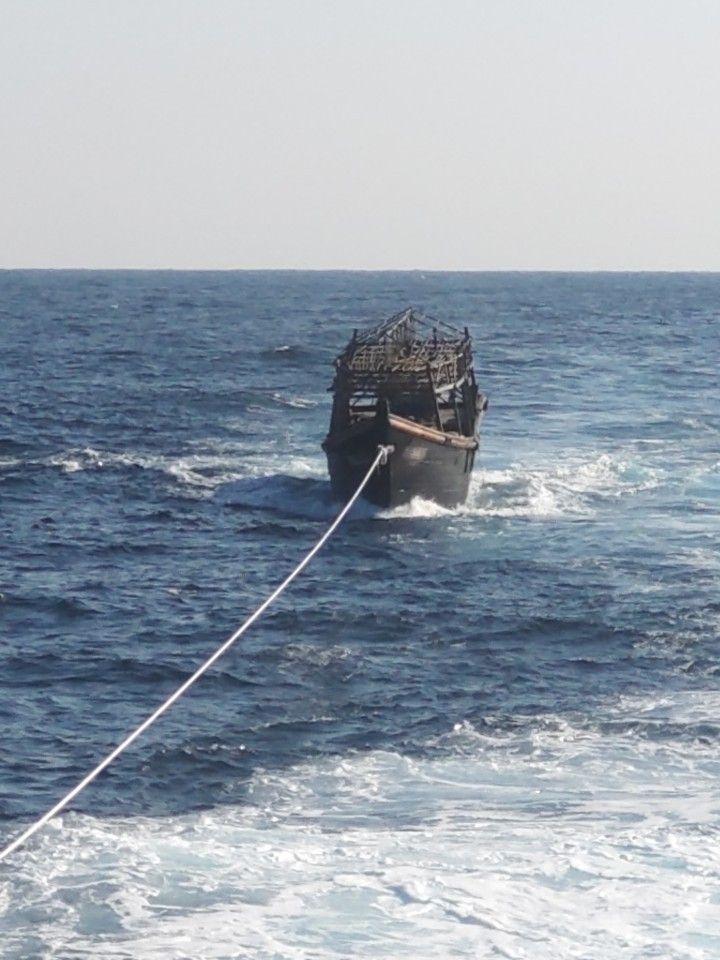 남측 선박이 문제의 북한 선박을 예인하고 있는 모습 <사진=통일부 제공>