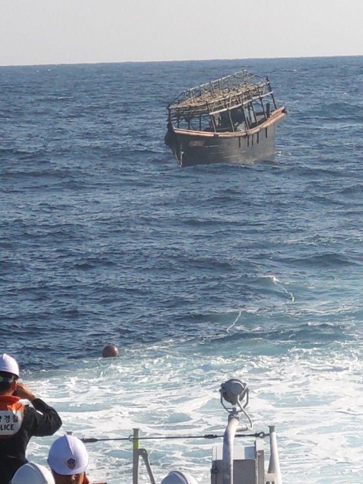 한국 해경이 북한 선박을 북측에 인계하고 있는 모습. <사진=통일부 제공>
