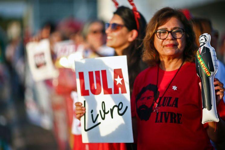 루이스 이나시우 룰라 다 시우바 브라질 전 대통령을 지지하는 한 여성이 지난 7일(현지시간) 브라질리아의 연방대법원 앞에서 '룰라를 석방하라'고 적힌 피켓과 룰라 인형을 들고 시위를 벌이고 있다. (사진=연합뉴스)
