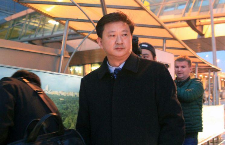 북한 외무성의 조철수 미국 국장이 '모스크바 비확산회의-2019'(MNC-2019) 행사 등에 참석하기 위해 지난 5일(현지시간) 러시아 모스크바 셰레메티예보 국제공항에 도착해 터미널을 나서고 있다. (사진=연합뉴스)