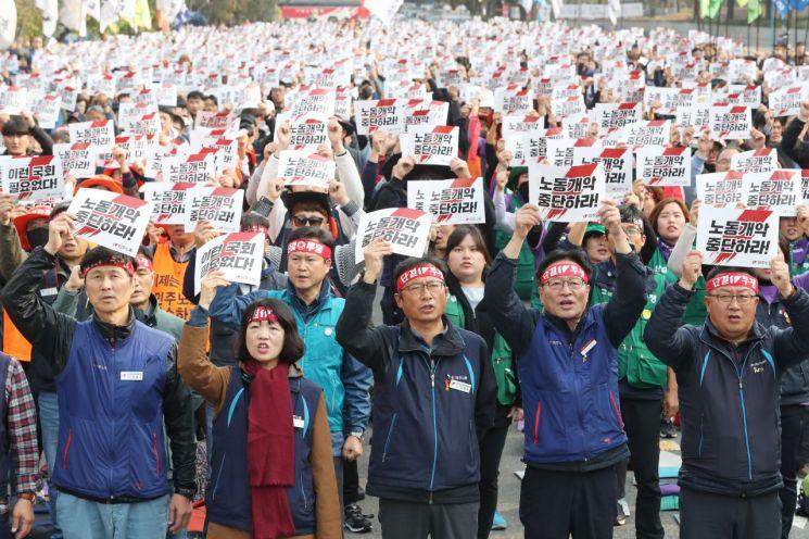 민주노총 조합원들이 지난달 31일 오후 서울 여의도 국회 앞에서 '노동개악 분쇄! 탄력근로제 기간확대 저지! 결의대회'를 열고 구호를 외치고 있다. [이미지출처=연합뉴스]