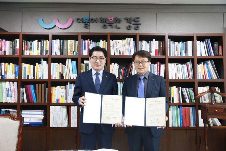 이정훈 강동구청장(왼쪽)과 이유환 한국마사회 강동지사장이  8일 강동구청에서 사회적경제기업 판로 지원을 위한 상생업무협약을 체결했다.