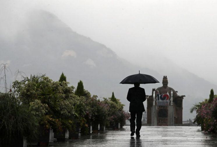 가을을 재촉하는 비가 내린 지난 7일 오전 서울 종로구 광화문광장에서 한 시민이 발걸음을 옮기고 있다. / 사진=연합뉴스