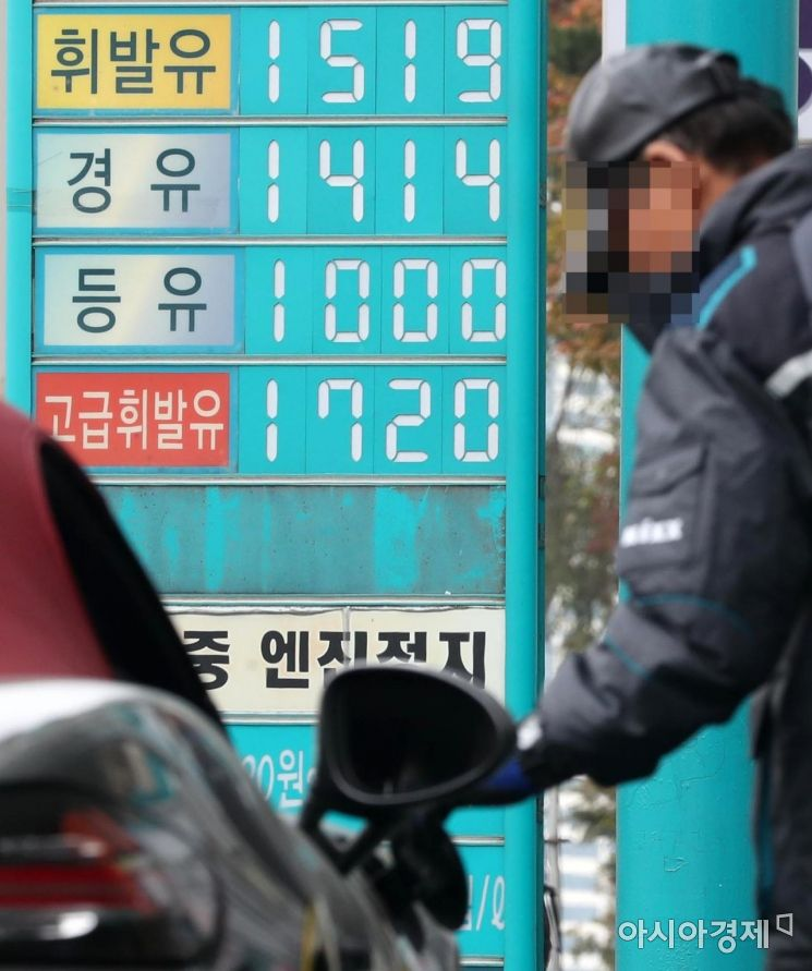 전국 휘발유 가격이 5주 연속 하락세를 이어가고 있는 10일 서울 시내의 한 주유소의 휘발유 가격이 1500원대를 가리키고 있다./윤동주 기자 doso7@