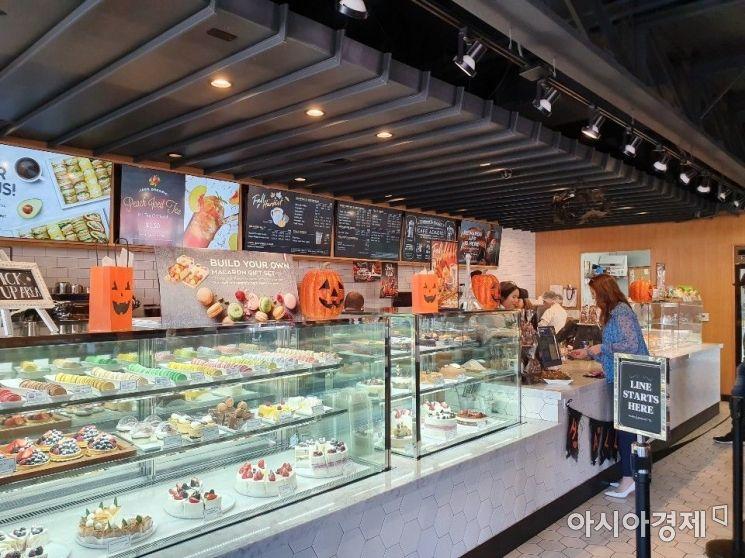 미국 캘리포니아 엔시노 지역에 위치한 파리바게뜨 매장이 핼러윈을 앞두고 귀엽게 단장한 모습.