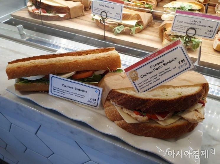 미국 소비자들이 즐겨 먹는 핫 샌드위치류. 오른쪽은 엔시노점 매출 1등 샌드위치 제품인 치킨 페스토 샌드위치