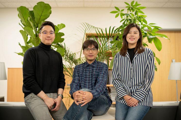 김상우 교수(가운데)가 암세포 분석 정확도를 높이는 유전자 검사법을 함께 개발한 연구원들과 기념 촬영을 하고 있다.