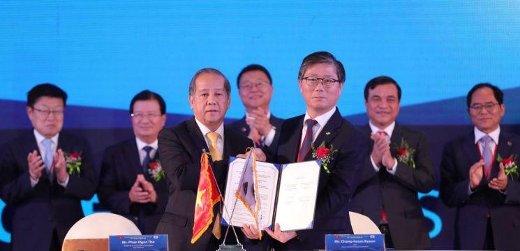 9일 베트남 꽝남성에서 개최된 LH와 후에성 간의 쩐마이 랑코(Chan May-Lang Co) 경제구역 개발협력 협약에서 변창흠 LH 사장(사진 앞줄 오른쪽), 판 응옥 토(Phan Ngoc Tho) 후에성장(앞줄 왼쪽), 응웬 딘 쭝(Nguyen Dinh Dung) 베트남 부총리(뒷줄 왼쪽 두 번째), 주형철 신남방정책특별위원회 위원장(뒷줄 왼쪽 세 번째)을 비롯한 관계자들이 기념사진을 촬영하고 있다.