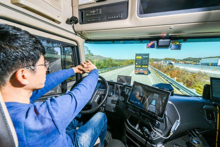 현대차, 40t 대형트럭 고속도로 '군집주행' 시연 성공…상용차 최초