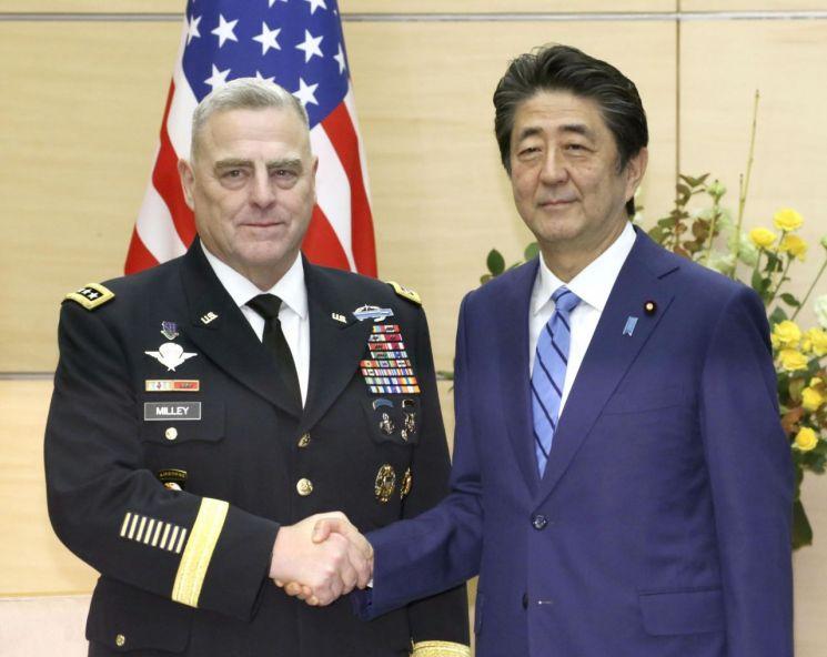 아베 신조 일본 총리가 12일 도쿄 관저에서 마크 밀리 미국 합참의장을 만나 악수하고 있다. [이미지출처=연합뉴스]