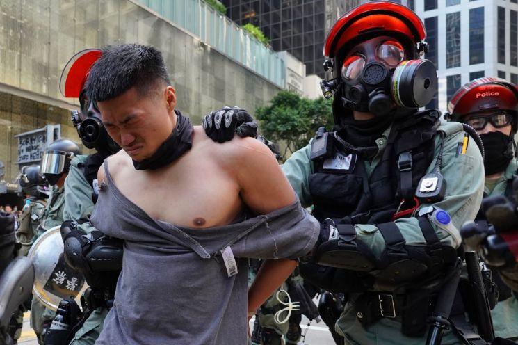 홍콩 경찰이 11일 센트럴 지역에서 민주화를 요구하는 반정부 시위자를 연행하고 있다. [이미지출처=연합뉴스]
